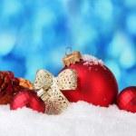 schöne blaue Weihnachtskugel und Niederlassung in Schnee auf blauem Hintergrund — Stockfoto #8167997