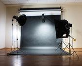 Studio flash na szarym tle — Zdjęcie stockowe
