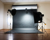 Studio flash on grey background — Stockfoto