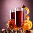 Mulled wine in the glasses, spice and orange on purple background — Foto de Stock