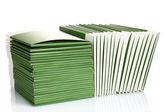 Nombreux dossiers verts isolés sur blanc — Photo