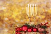 Due bicchieri con decorazioni di Natale sul giallo — Foto Stock