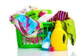 洗涤剂和洗衣粉在孤立的绿色塑料篮子里的衣服 — 图库照片