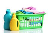 Detergentes y toallas en cesta plástica verde aislado en blanco — Foto de Stock