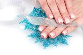 Manos con invierno hermoso diseño, copos de nieve y cinta solated en blanco — Foto de Stock