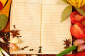 Notebook pro recepty a koření na dřevěný stůl — Stock fotografie
