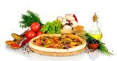 вкусная пицца на деревянную доску, овощи, специи и масла, изолированные на whi — Стоковое фото