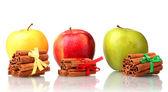 Palitos de canela y las manzanas aisladas en blanco — Foto de Stock