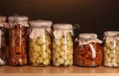 Ahşap raf cam kavanozlara lezzetli marine mantar — Stok fotoğraf