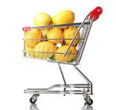 Limões maduros no carrinho isolado no branco — Foto Stock