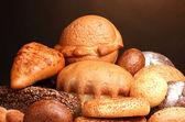 Výborný chléb na dřevěný stůl na hnědé pozadí — Stock fotografie