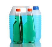Канистру с жидким и стиральный порошок бутылки, изолированные на белом — Стоковое фото