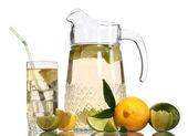 Werper en glas limonade en citroen geïsoleerd op wit — Stockfoto