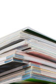 白で隔離される雑誌のスタック — ストック写真