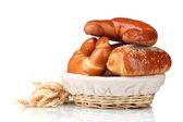 Pişmiş ekmek sepeti üzerine beyaz izole — Stok fotoğraf