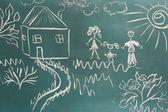 黑板与绘图与房子特写的幸福家庭 — 图库照片