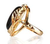 красивые золотое кольцо с драгоценным камнем, изолированные на белом фоне — Стоковое фото