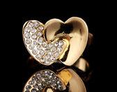 Vackra guld ring med ädla stenar på svart bakgrund — Stockfoto