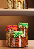 Ahşap raflar üzerinde cam kavanozlara lezzetli marine mantar — Stok fotoğraf