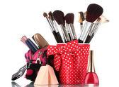 Czerwonego szkła z pędzlami i makijaż worek z kosmetyków na białym tle — Zdjęcie stockowe