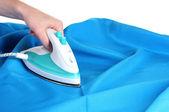 żelazko elektryczne na niebieski tkaniny na białym tle — Zdjęcie stockowe