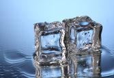Tání ledu na modrém pozadí — Stock fotografie