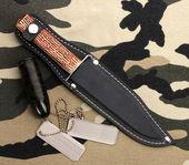 Insignes de l'armée et de couteau sur fond de camouflage — Photo