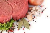 生の肉と白で隔離されるスパイス — ストック写真
