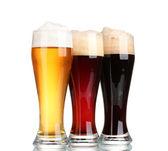 Três copos com cervejas diferentes isolados no branco — Foto Stock