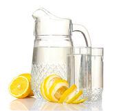 Dzban i okulary lemoniady i cytryny na białym tle — Zdjęcie stockowe