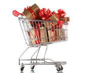 Mooie gouden geschenken met rood lint in winkelwagen geïsoleerd op wit — Stockfoto