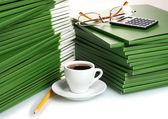 Muchos verde carpeta con taza de café closeup — Foto de Stock