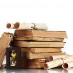 hromadu starých knih a posun izolovaných na bílém — Stock fotografie