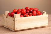 Dojrzałe wrzośca w drewniane pudełko na drewnianym stole na brązowym tle — Zdjęcie stockowe