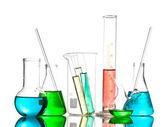 Verschiedene Laborglas mit Farbe Flüssigkeit und Reflexion Naturschönheit — Stockfoto