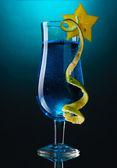 Cóctel de cristal sobre fondo azul azul — Foto de Stock