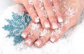 Mãos com neve e floco de neve closeup — Foto Stock