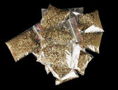 Marihuana en paquetes sobre fondo negro — Foto de Stock
