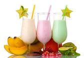 Melk schudt met vruchten geïsoleerd op wit — Stockfoto