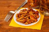 Cogumelos marinados em pires na mesa de madeira — Foto Stock