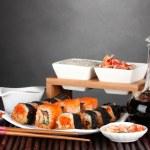 utsökt sushi på plattan, ätpinnar, sojasås, fisk och räkor på bambu — Stockfoto #8817127