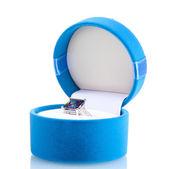 Mooie ring met blauwe edelsteen in zak geïsoleerd op wit — Stockfoto