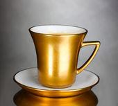 Χρυσό Κύπελλο καφέ σε γκρι φόντο — Φωτογραφία Αρχείου