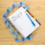 Planejamento de dieta. caderno medindo fita e caneta na mesa de madeira — Foto Stock