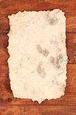 Oud papier op houten achtergrond — Stockfoto