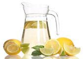 レモネード、ライム、白で隔離されるレモンの投手 — ストック写真
