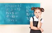 Piękne dziewczynki stojący w pobliżu tablicy w klasie — Zdjęcie stockowe