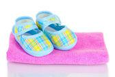 Blue baby пинетки на розовый полотенце, изолированные на белом фоне — Стоковое фото