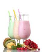 Batidos de leche con frutas aislados en blanco — Foto de Stock