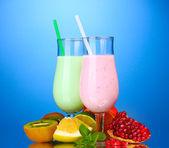 Batidos de leche con frutas en fondo azul — Foto de Stock